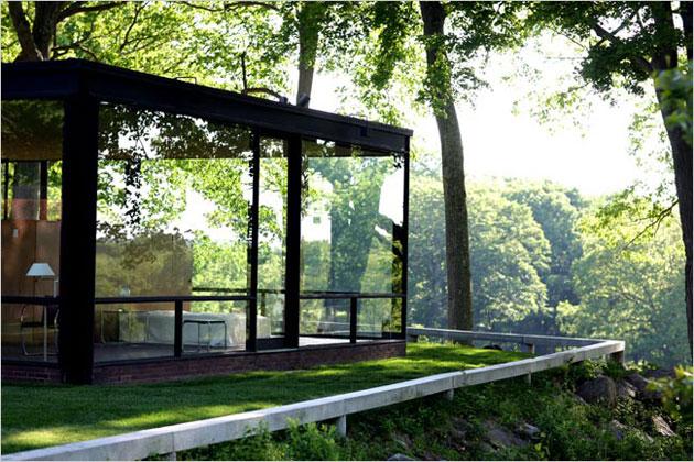 sobre una colina se erige la casa de cristal inspirada en la casa farnsworth construida por mies van der rohe en cuanto a la estructura basada